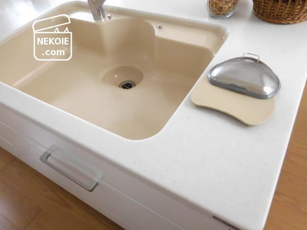 濡れたままの食器用スポンジ、隠す収納の工夫。