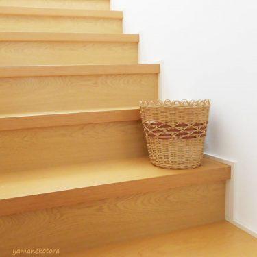 階段の途中に、かご。