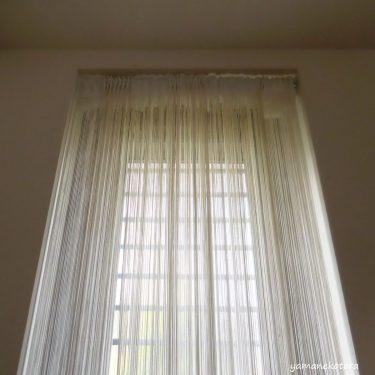 勝手口の目隠しカーテンと、プチ収納。