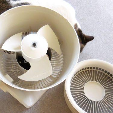 夏日の扇風機と、持たない収納ケース。